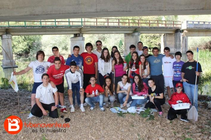 Grupo de alumnos y profesores en el  río Órbigo
