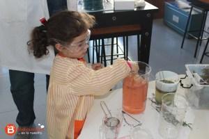 Alumna de 1º Infantil haciendo un perfume