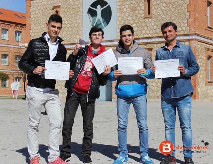 Alumnos y profesor ganadores del 1º Premio de la VI Olimpiada de Geología