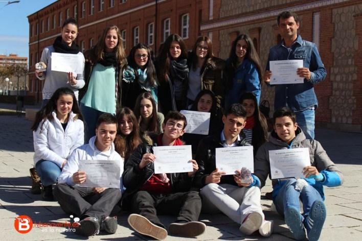 Grupo de alumnos y profesor con los diplomas y premios ganados