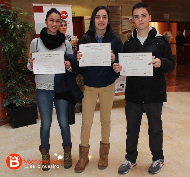 Los alumnos de la Vega (Irene, Andrea y Alejandro) recogiendo el 3º Premio