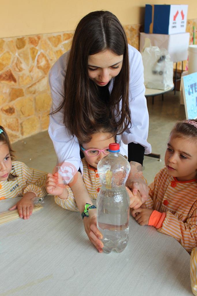 Alumna de 4º ESO explicando un experimento con el agua
