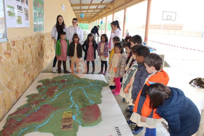 Alumnos de 3ºA Infantil viendo la maqueta de la comarca
