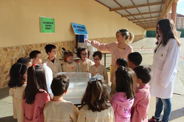 Alumnos de Infantil realizando experimentos con el agua