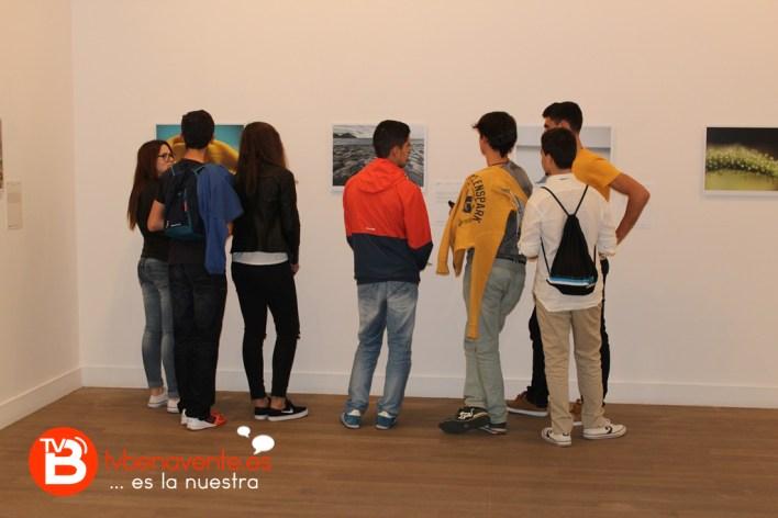 Alumnos en la exposición fotográfica
