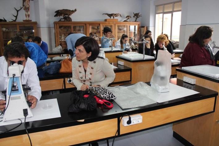 Padres y alumnos observando microorganismos de agua dulce