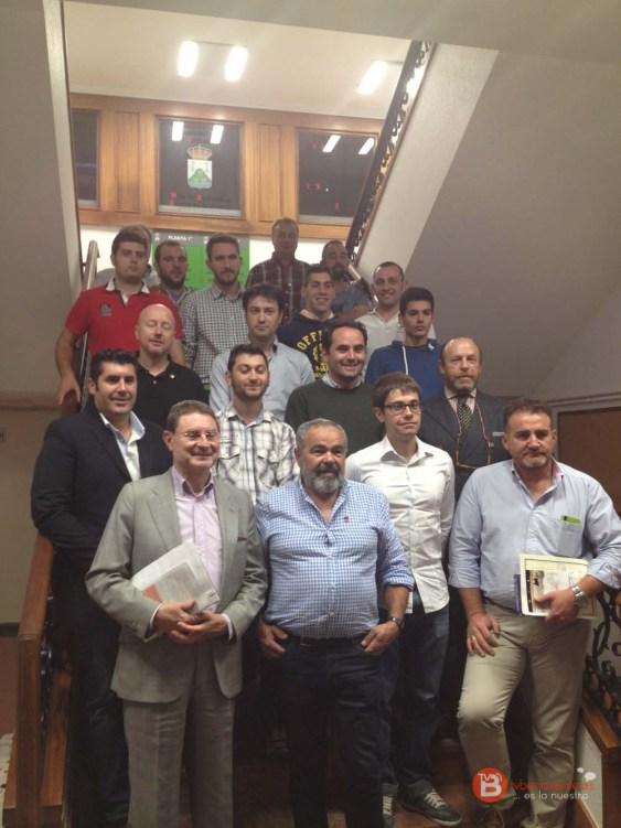 En la segunda fila de izquierda a derecha Roberto Fernández y Francisco J. Hernández así como todos los integrantes de la reciente creada federación.