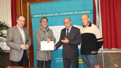Photo of El subdelegado del Gobierno entrega  un diploma a un radioaficionado de Benavente que colabora con Protección Civil