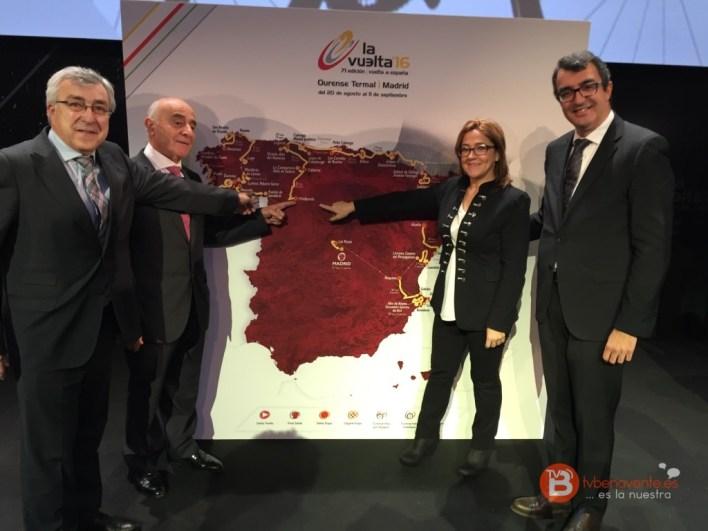 Mayte Martín Pozo aparece con el director general de la Vuelta Ciclista a España, Javier Guillén, y los alcaldes de Puebla de Sanabria, José Fernández Blanco, y Villalpando, Félix González Ares