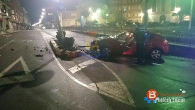 Photo of Un coche colisiona contra una farola en la Plaza Virgen de la Vega