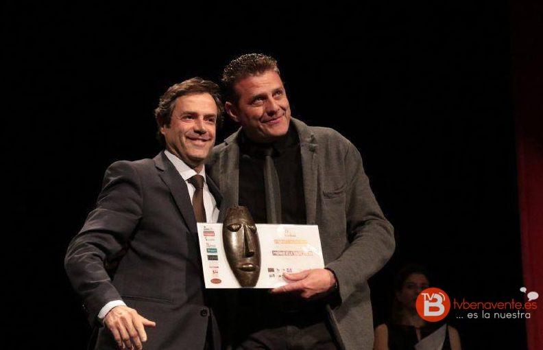 Recibe Premio El Vesta Los Ermitaño En Premios A La 2017 Excelencia 6fb7Ygy