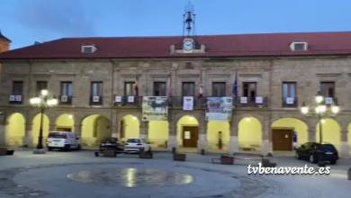 Photo of Los balcones del Ayuntamiento de Benavente se engalanan con los escudos de las peñas