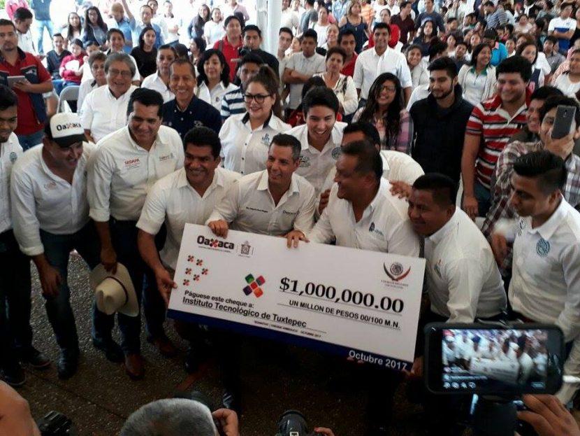 Entrega Alejandro Murat un millón de pesos al ITTUX para compra de autobús