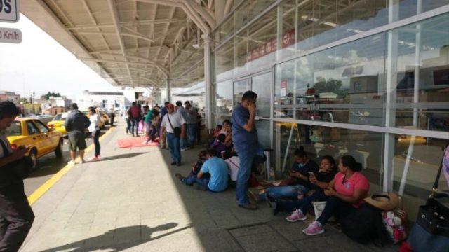Reinstalan maestros bloqueos en aeropuerto y ADO