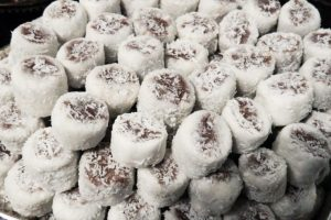 Bala de coco recheada de brigadeiro da chef Renata Ibãnês