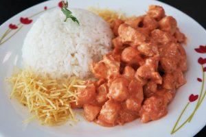 Estrogonofe de frango na panela de pressão da culinarista Pammela Mendes