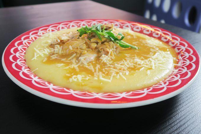 Ragu de frango com polenta cremosa da Chef Roberta Engels