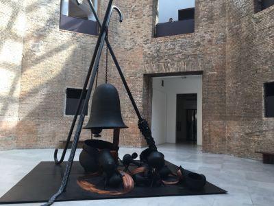 Obra da exposição Tunga: Tríade Trindade