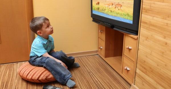 TV Catia Fonseca saúde 5 fatos sobre a otite em crianças - Criança assistindo televisão