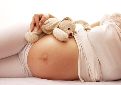 Mulher grávida deitada