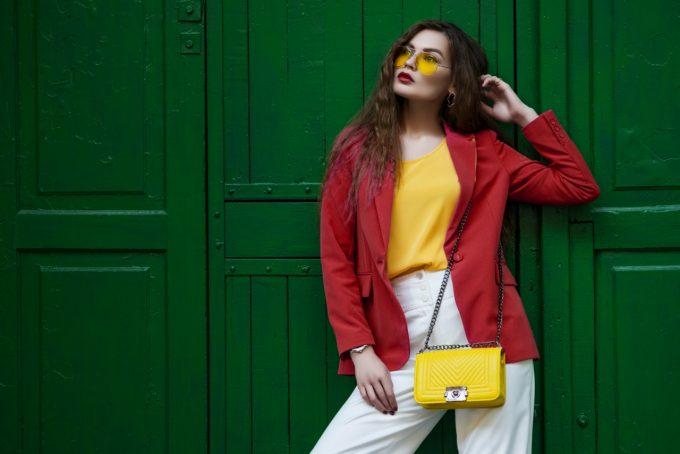Como criar looks estilosos e criativos misturando cores fortes por Rita Heroina
