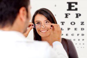 Como saber se você está precisando usar óculos por Dra. Renata Bastos Alves