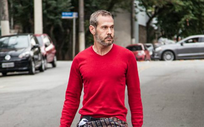 Famoso galã da Globo aparece com homem em parada gay e relação vem à tona