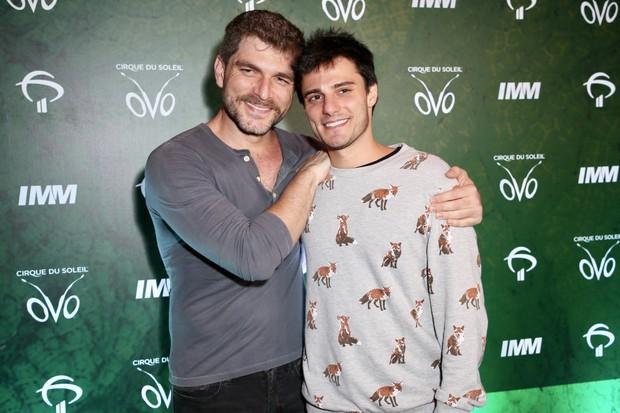 """Hugo Bonemer, primo de William Bonner deixa fãs em êxtase após reatar namoro com Conrado Helt: """"Nós estamos juntos"""""""