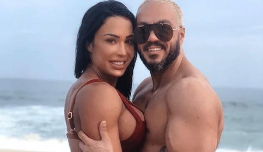 Gracyanne Barbosa surge nua ao lado de Belo em pose ousada e choca com aparência totalmente deformada