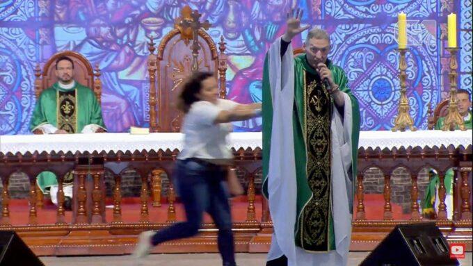 Mulher que empurrou o Padre Marcelo Rossi quebra o silêncio e expõe o que queria fazer