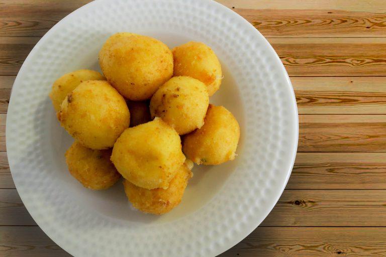 Bolinha de quatro queijos super recheada da Catia