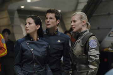"BATTLESTAR GALACTICA - Stephanie Jacobsen as Kendra Shaw, Jamie Bamber as Lee ""Apollo"" Adama, and Katee Sackhoff as Kara ""Starbuck"" Thrace in ""Razor"""