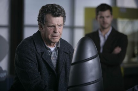 Walter (John Noble, L) and Peter (Joshua Jackson, R)
