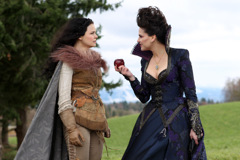 https://i0.wp.com/www.tvequals.com/wp-content/uploads/2012/05/Once-Upon-a-Time-ABC-An-Apple-Red-as-Blood-Episode-21-4.jpg