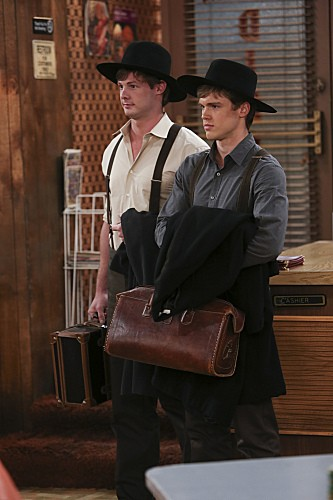 2 Broke Girls Season 2 Episode 7 And The Three Boys With Wood (2)