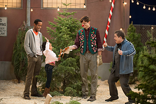 Two and a Half Men Season 10 Episode 11 Give Santa A Tail-Hole (5)