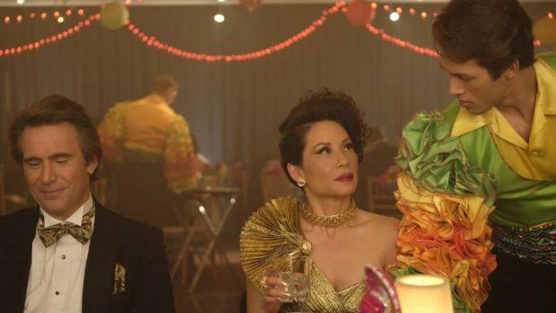 Karl (Jack Devenport), Simone (Lucy Liu) e seu amante/namorado Tommy (Leo Howard) em um jantar