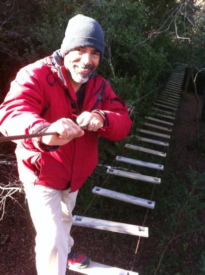 El actor y viajero Demián Alcazar en el bosque Termas de Huife, Chile