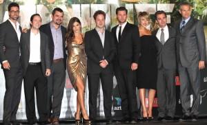 Rodrigo Fernández, director de Azteca 7, Benjamin Salinas y Roberto González, productores de la serie junto con el elenco principal