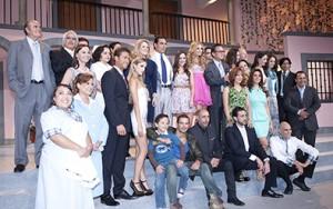El productor Nicandro Díaz, Érika Buenfil, Eduardo Yáñez, Eiza González y Sebastián Rulli, protagonistas de Amores verdaderos, junto con el elenco durante la presentación