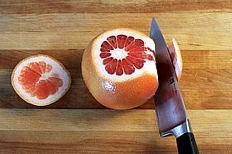 Салат фруктовый со сгущенкой «Астория». Орехи, салат и цитрусовые.