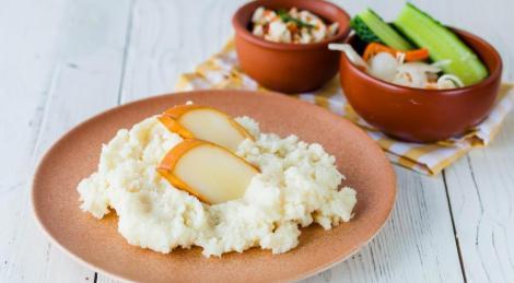 Мамалыга мука кукурузная, манка. Подаем сыр 2 вида, зелень, аджика.