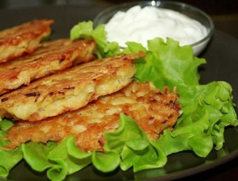 Картофельные драники с сыром и чеснок, чтобы придать пикантность.