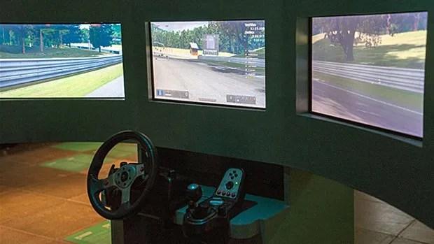 Certains hardcore gamers prennent le jeu très au sérieux. Surtout lorsqu'il s'agit de simulation de conduite automobile ou de pilotage d'avion, comme en témoigne ce triptyque d'écrans.