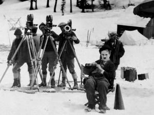 Chaplin sur le tournage de son film The Gold Rush (1925)