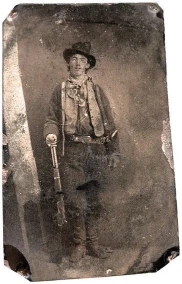 En 1880, William H. Bonney-mieux connu sous son surnom de Billy the Kid-pose pour un photographe voyageant à Fort Sumner, Nouveau-Mexique.