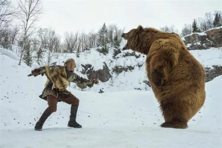 """Bjorn (Alexander Ludwig) va se battre avec un ours dans la saison 4 de """"Vikings""""."""