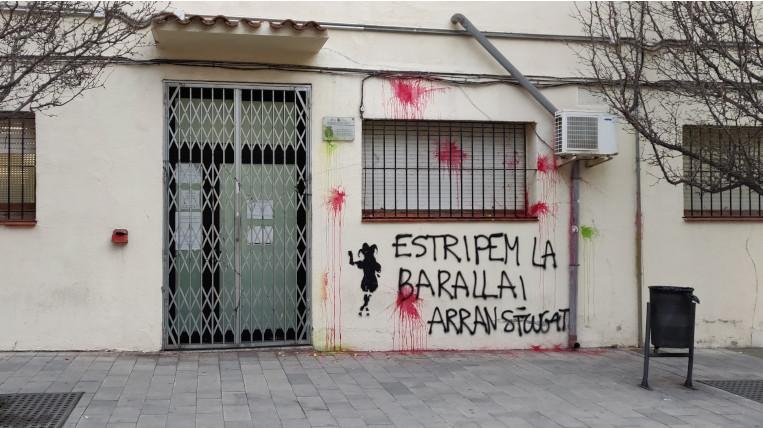 Pintades reivindicatives d'Arran a la comissaria de la Policia Nacional