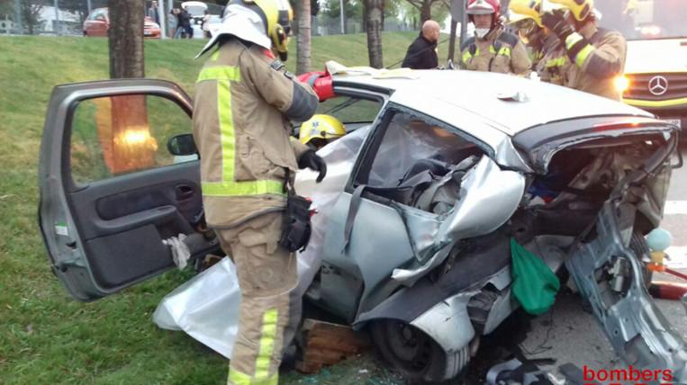 Els Bombers excarceren tres persones, una en estat greu, en un accident entre dos vehicles a Sant Cugat
