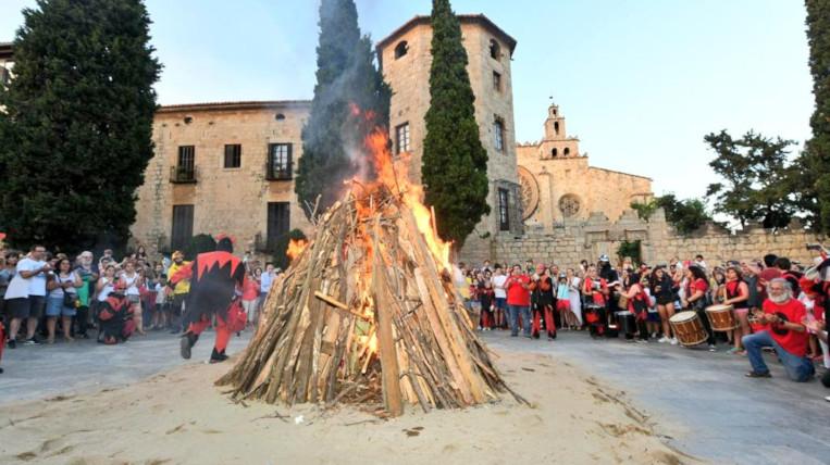 La foguera de Sant Joan torna a il·luminar la Nit de Sant Joan amb la Flama del Canigó